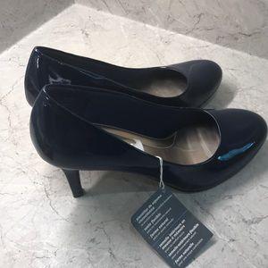 Comfort plus NAVY heels!  Size 8-1/2